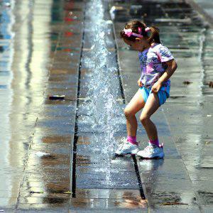 menina brincando na água